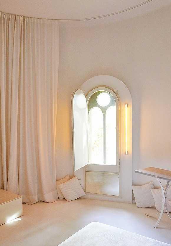 其窗户设计受到古罗马拱门的
