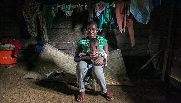 """""""较高的母体发病率与死亡率正给非洲早孕少女的身体健康带来巨大威胁。她们也不得不辍学待产,这无论对她本人、她所在的家庭还是社区来说都存在长期的影响。"""" 在非洲内陆国家马拉维,当地语言中的""""怀孕""""一词翻译过来就是""""患病""""之意。Paolo在那儿也遇见了同病相怜的早孕少女,并用相机将她们的生活定格成照片,拍摄成短片。他也见到了早早嫁作人妇的童婚女孩们,她们被迫丧失了接受教育的机会。不少早孕少女为了养家糊口,都会选择在热带森林中种植可可补贴生计"""