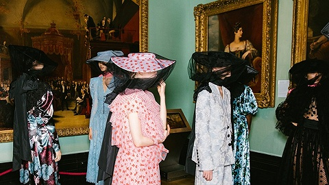 【伦敦时装周】错过了透明雨衣不要紧,半透明薄纱或许更适合你