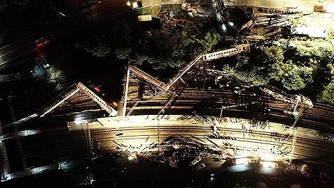 【界面早報】臺灣列車出軌事故已致18人死亡 2019年度國考今起開始報名