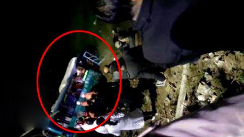 陕西公交车坠江,警方回应:非乘客抢方向盘