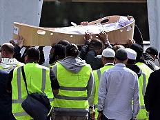新西兰枪击案嫌犯本想袭击第三座清真寺,总理:他想出名,不会提他姓名