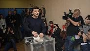 """乌克兰总统选举开启决胜轮,七成选民愿""""豪赌""""喜剧演员"""
