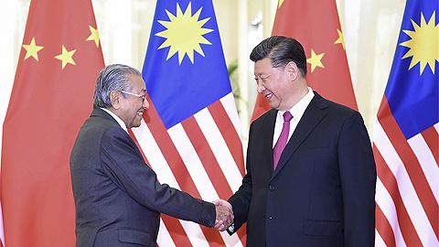 习近?#20132;?#35265;马来西亚总理马哈蒂尔