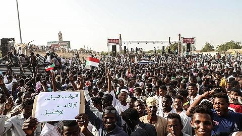"""双方都""""退让"""",苏丹军方与反对派谈成三年过渡期"""