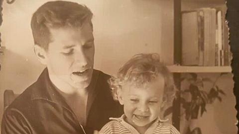 奥兹女儿回忆父亲:争论并不是暴力,而是充满爱意